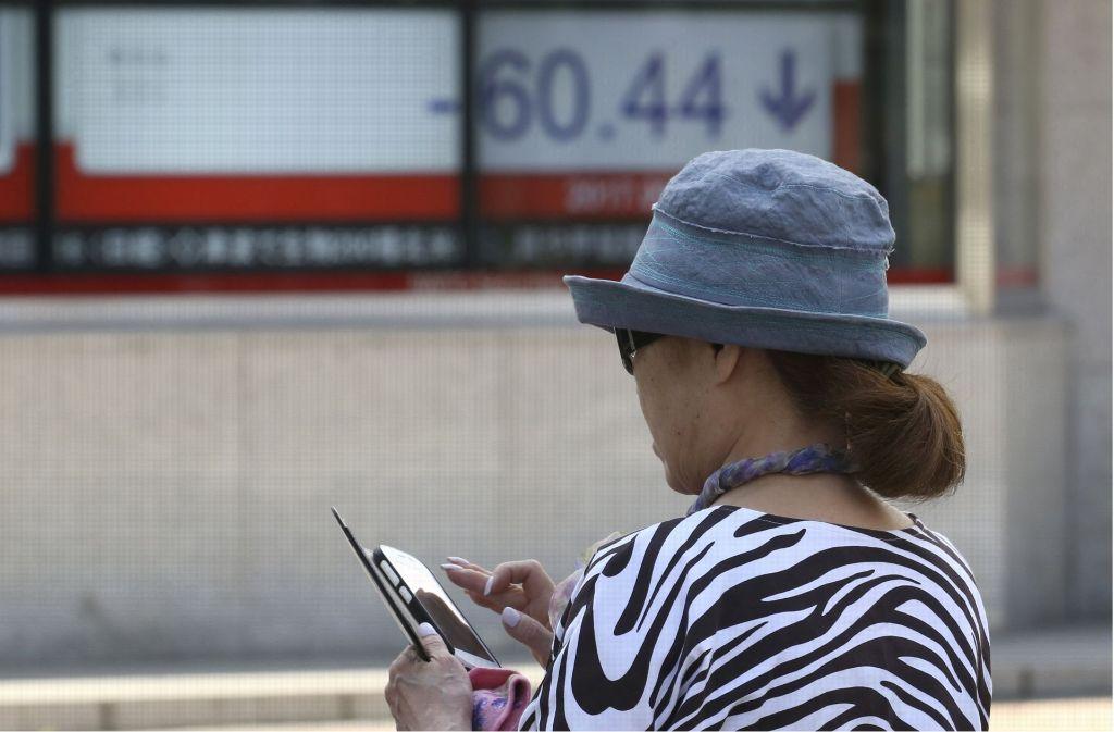 In Honolulu sollen Fußgänger sich zukünftig weniger von ihren Smartphones ablenken lassen (Symbolbild). Foto: AP