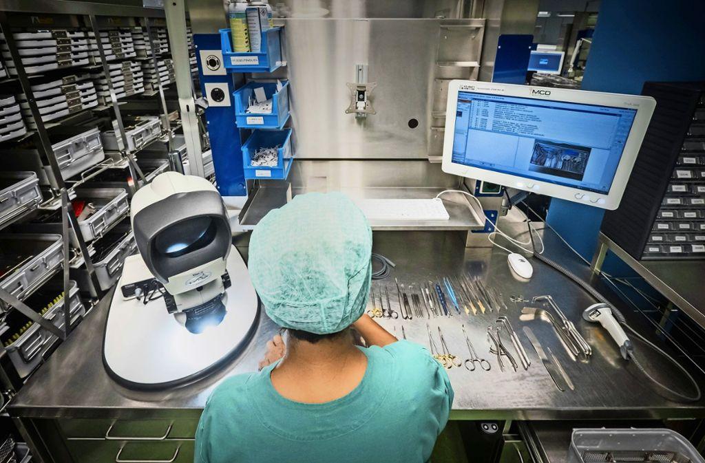 Das Packen der Sets für die nächsten Operationen erfolgt anhand von Listen und Bildern, die auf dem Bildschirm aufgerufen werden können. Es ist die genaue Anzahl und Anordung der Instrumente vorgeschrieben.  Foto: Klinikum Stuttgart/Achim Zweygarth