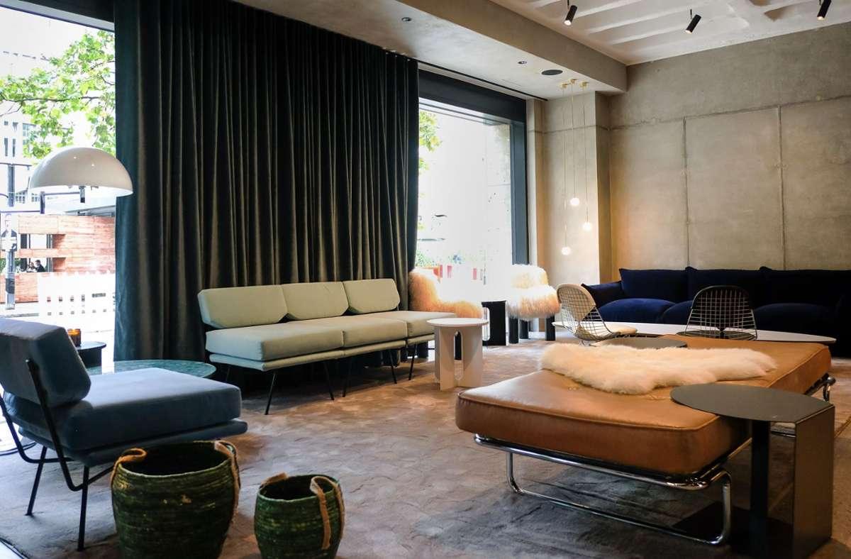 """Auch die Lobby des EmiLu-Hotels ist mit einem Mix aus Designermöbeln und Vintage-Klassikern nicht """"von der Stange"""" eingerichtet. Foto: Lichtgut/Max Kovalenko"""