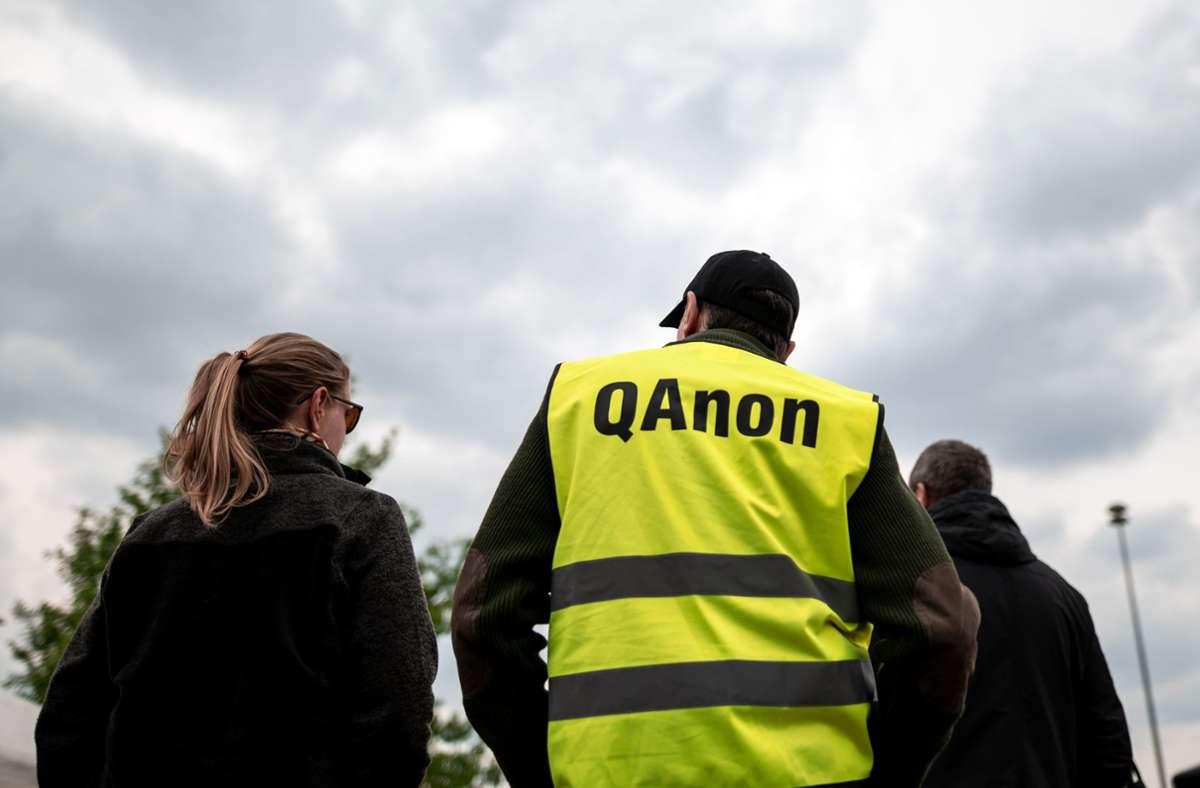 """Die Verschwörungserzählung von """"Q"""" ist relativ neu. Foto: dpa/Fabian Strauch"""