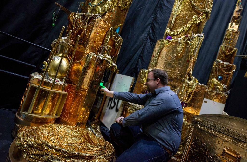 Der technische Leiter Benjamin Neuen prüft die Elektronik der automatisierten Kulissentürme. Foto: Jens Volle