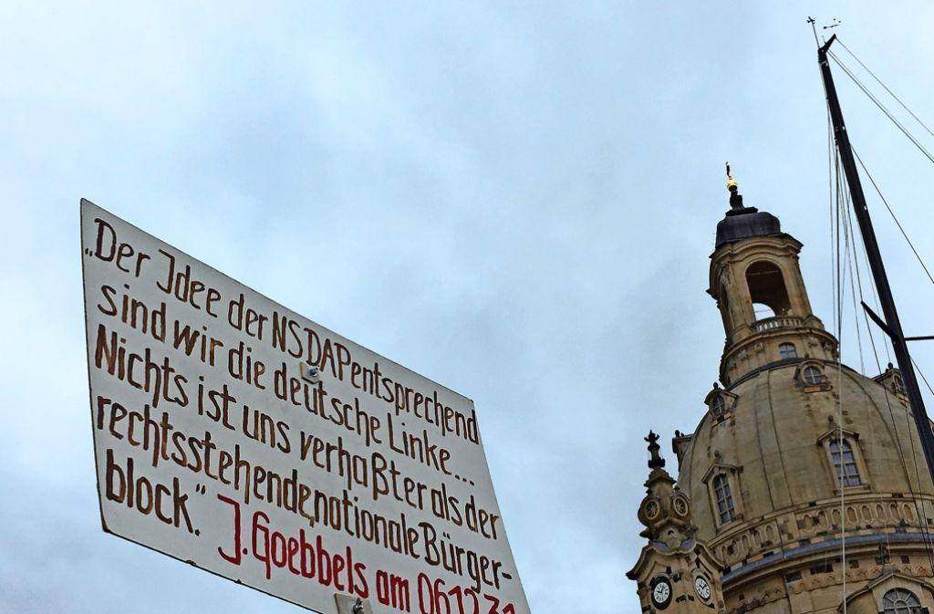 Das Plakat eines Merkel-Gegners – dieses Zitat von Joseph Goebbels  soll belegen, dass   der Pegida-Protest analog zur NSDAP nicht rechtsradikal, sondern links ist. Foto: Katja Bauer