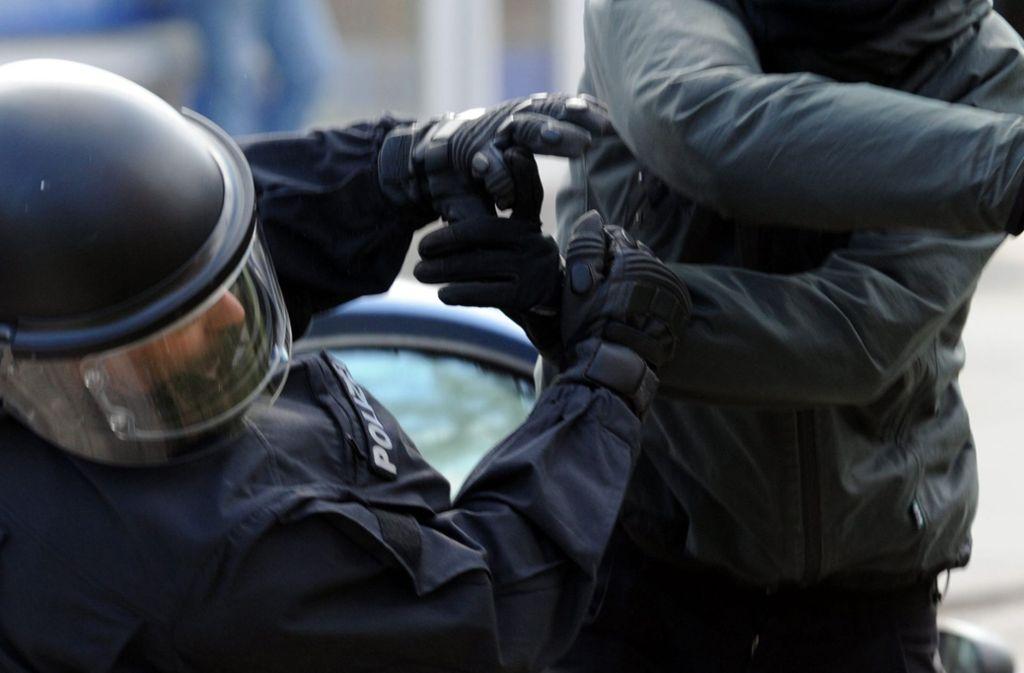 Im Kreis Karlsruhe sind zwei Polizisten brutal angegriffen worden (Symbolbild). Foto: dpa