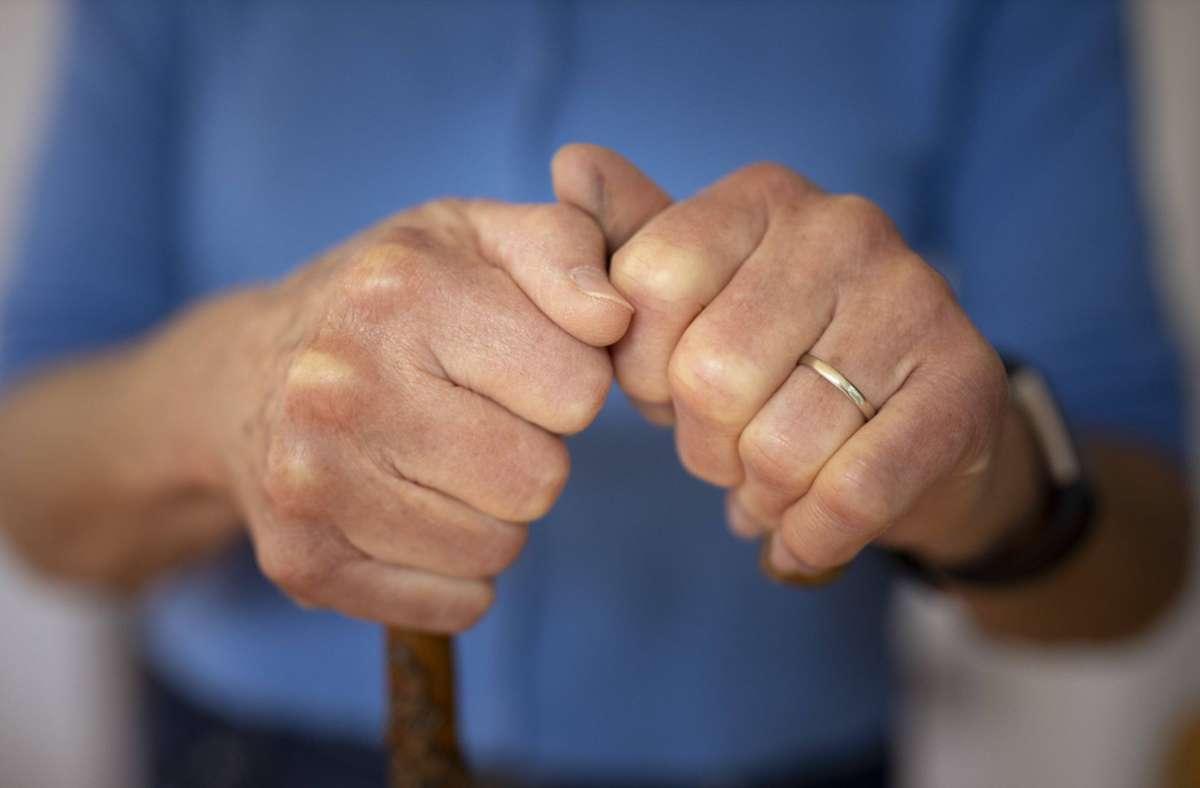 Die Seniorin setzte sich gegen den Einbrecher erfolgreich zur Wehr. (Symbolbild) Foto: imago images/photothek/Ute Grabowsky/photothek.net via www.imago-images.de