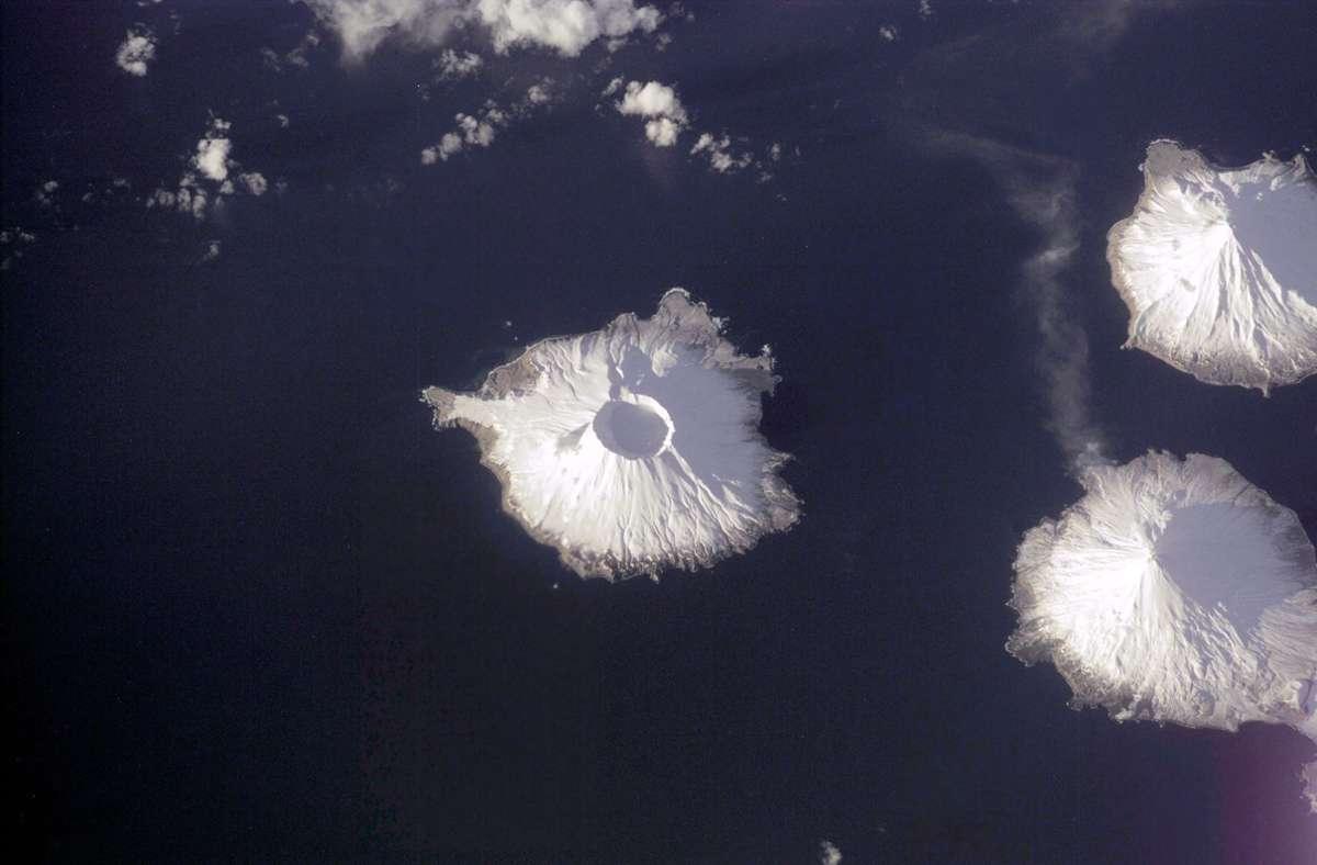 Herbert Island in der Bildmitte, Carlisle Island rechts oben, der aktive Vulkan Mount Cleveland auf Chuginadak rechts unten. Foto: Wikipedia commons/Nasa//eol.jsc.nasa.gov/scripts/sseop/photo