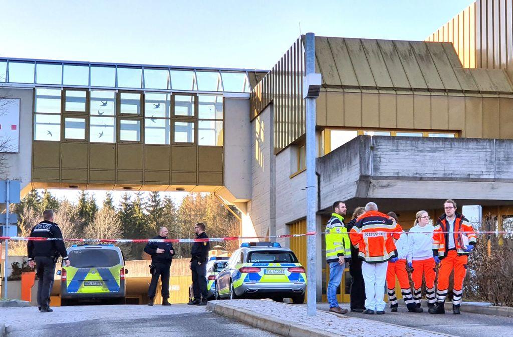 Die Polizei sichert den Tatort in Rottweil. Gegen den mutmaßlichen Angreifer wurde Haftbefehl erlassen. Foto: dpa/Peter Arnegger