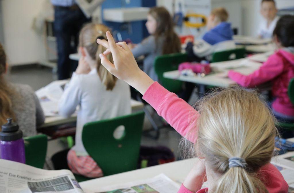 Ganztagskinder machen ihre Hausaufgaben in der Schule. Die Eltern sind aber nach wie vor gefordert, etwa wenn es darum geht, lesen zu üben. Foto: Patricia Sigerist