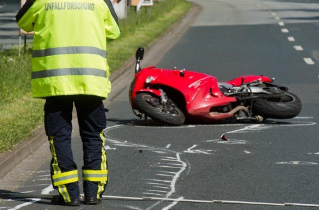 Weil er freihändig und im Stehen gefahren ist, hat ein Motorradfahrer am Sonntag bei Lorch (Ostalbkreis) einen Unfall mit einem Toten verursacht. (Symbolbild) Foto: dpa