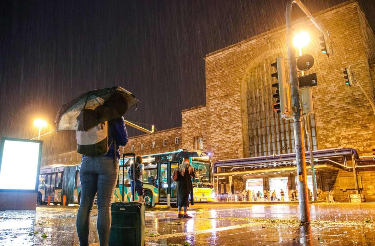 Strömender Regen am Hauptbahnhof  – bis die Ausmaße des Unwetters in Stuttgart beziffert werden können, dürfte es laut Polizei noch ein Weilchen dauern. Foto: 7aktuell.de/Kevin Lermer