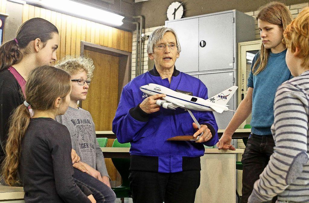 """Mit der """"Sofia"""", dem amerikanisch-deutschen Forschungsflugzeug ist Hildrun Bäzner-Zehender geflogen. Das ist mit einem großen Teleskop ausgestattet (Mitte). Davon erzählt sie in der Jugendgruppe der Sternwarte (unten) Foto: factum/Bach, Nasa, Bäzner-Zehender (3)"""