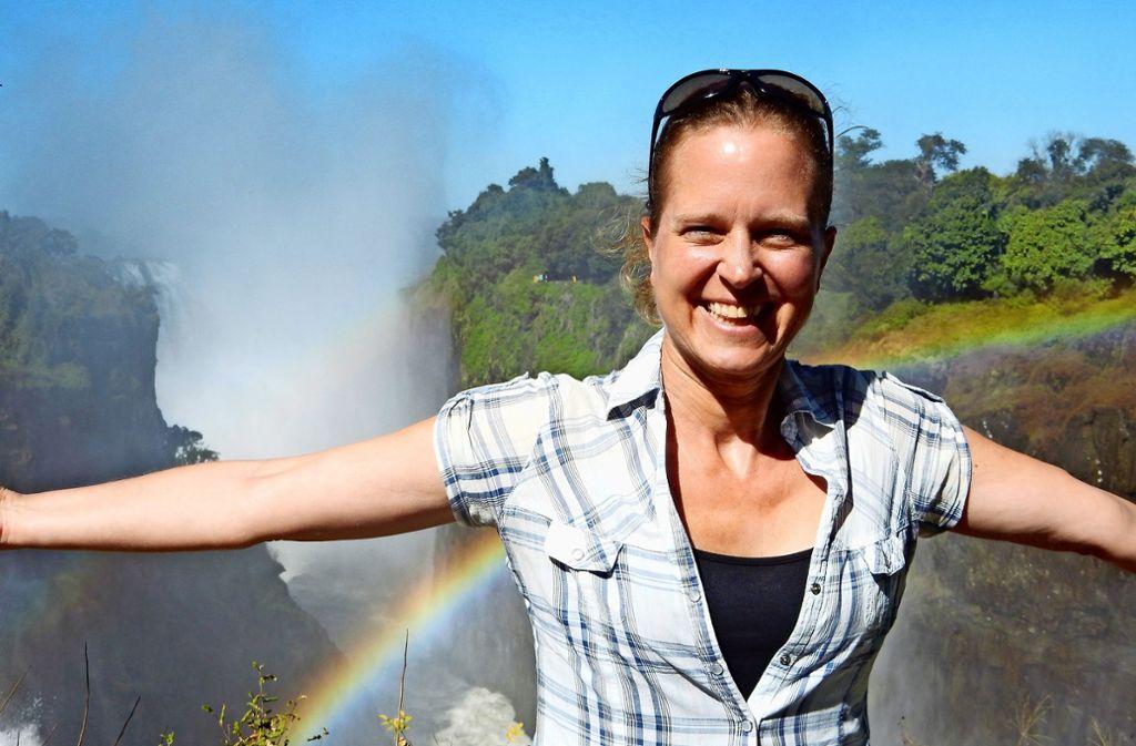Privat und beruflich voller Leidenschaft fürs Reisen: Heike Schmied an den Victoriafällen, die zwischen Sambia und Simbabwe liegen. Foto: Privat