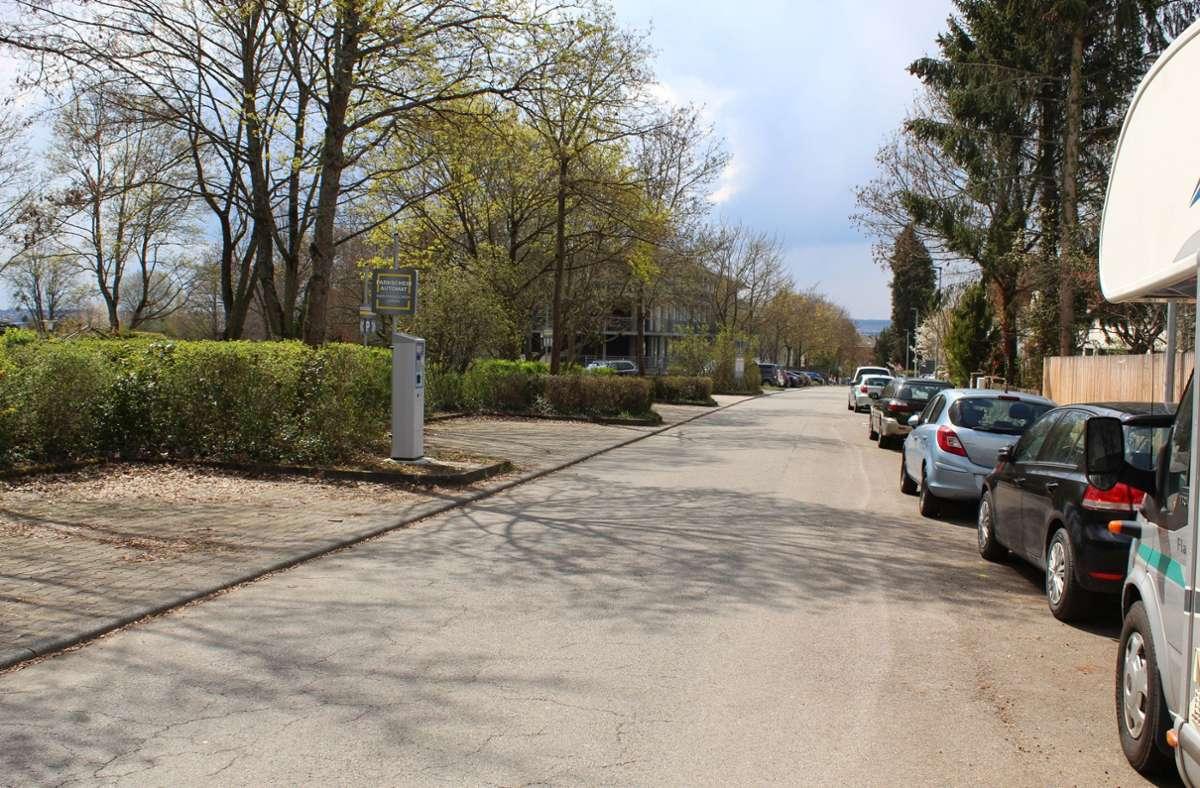Blick in die Egilolfstraße: Die rechte Straßenseite gehört der Stadt, dort kann aktuell kostenlos geparkt werden. Die linke Seite gehört dem Land, dort ist das Parken gebührenpflichtig. Foto: Jacqueline Fritsch