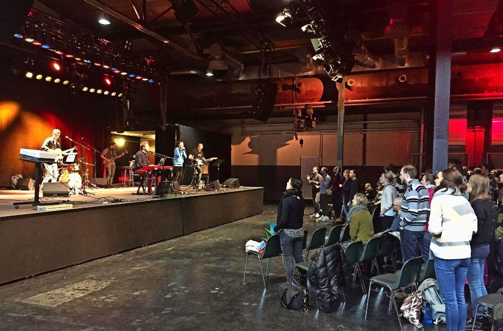 Was wie ein Rockkonzert anmutet, ist ein Gottesdienst   im Wizemann Foto: Martin Haar