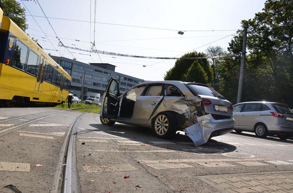 Bei dem Stadtbahnunfall in Stuttgart-Bad Cannstatt gibt es Verletzte. Foto: Andreas Rosar Fotoagentur