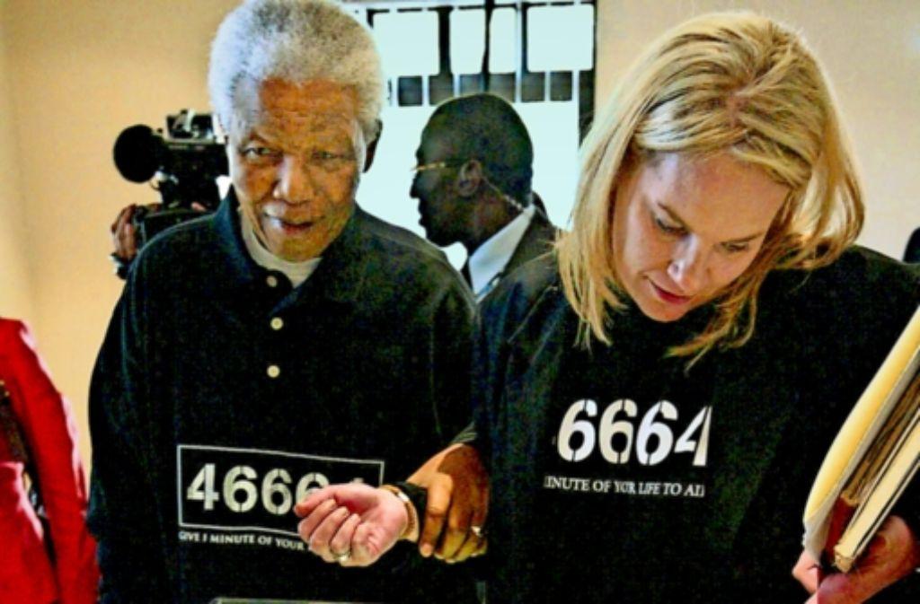 Er hält ihren Arm: Nelson Mandela und Zelda la Grange  2004 in Johannesburg. Foto: dpa