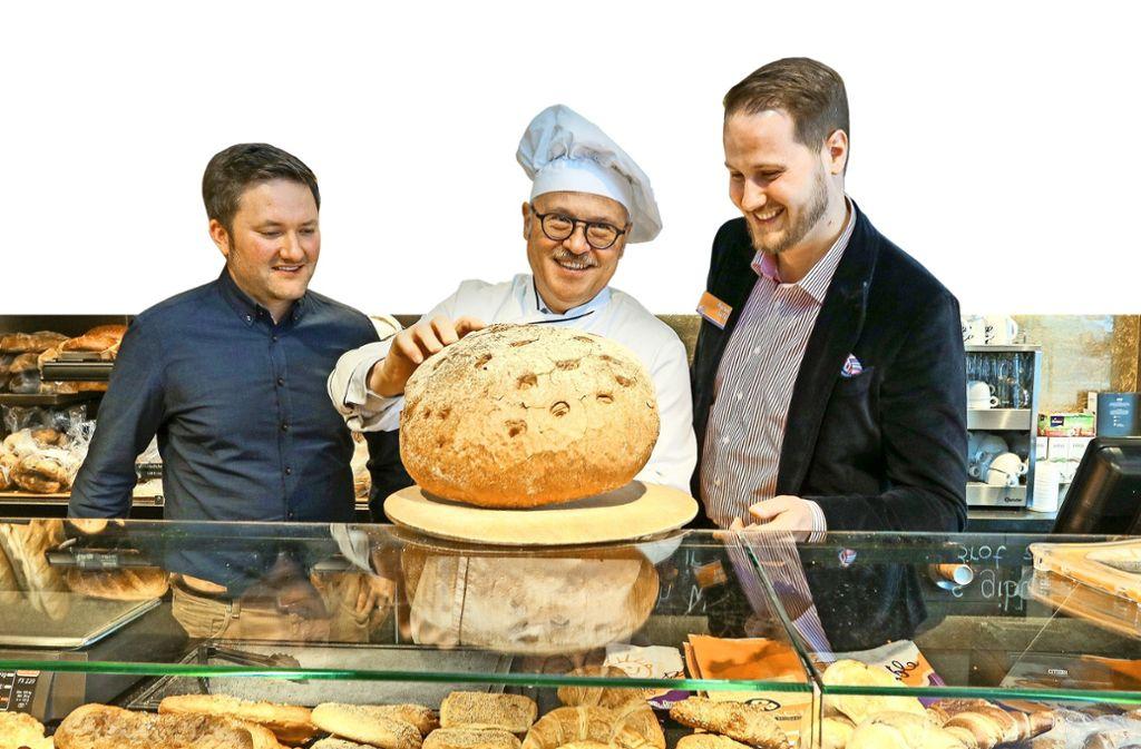 Dominik Leverenz,  Volker und Florian Lutz (v. li.) mit Brot vom Vortag. Foto: factum/Granville