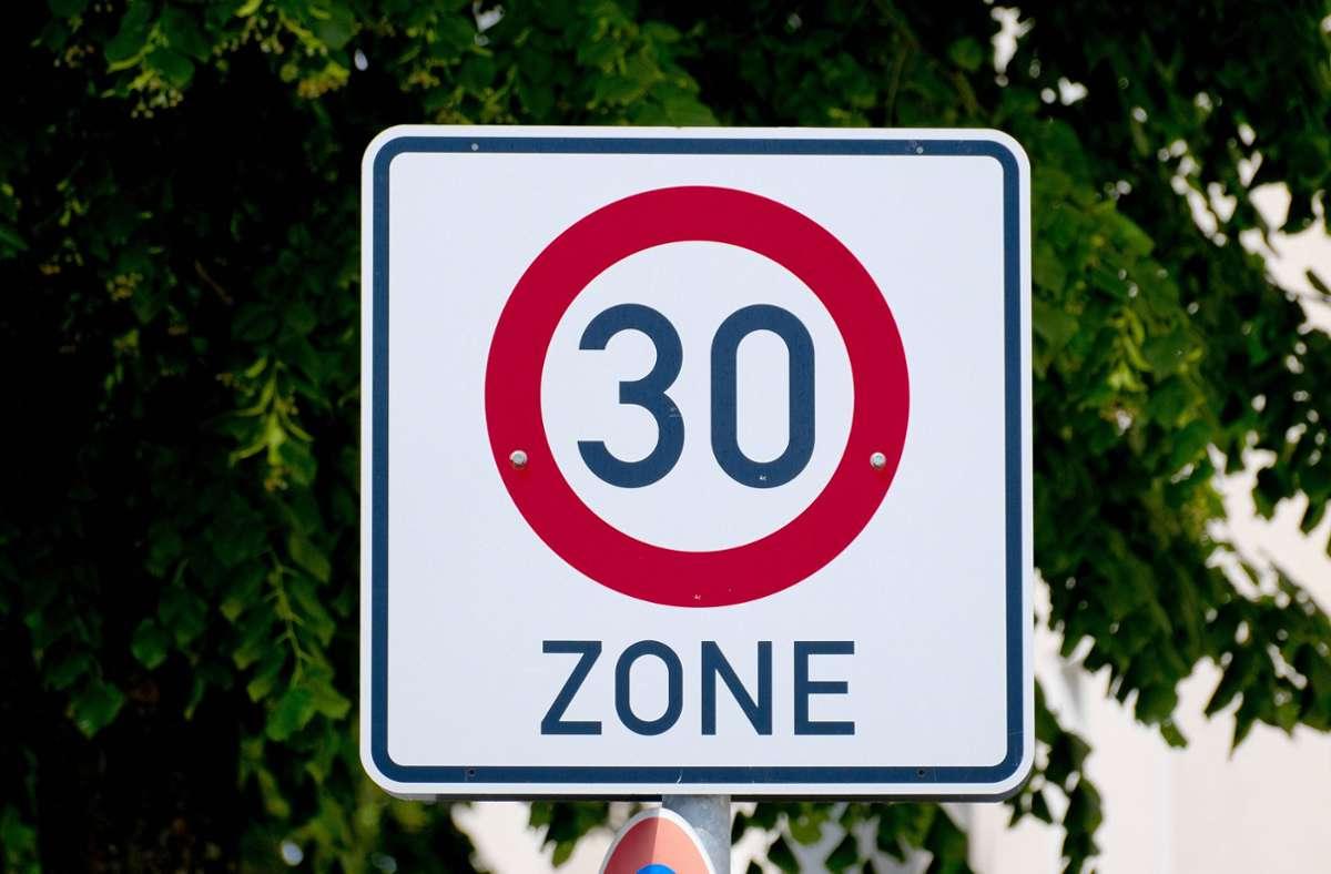 In einem Projekt soll getestet werden, ob ein Tempolimit von 30 Kilometern pro Stunde in Städten sinnvoll ist. (Symbolbild) Foto: imago images/Michael Gstettenbauer/Michael Gstettenbauer via www.imago-images.de