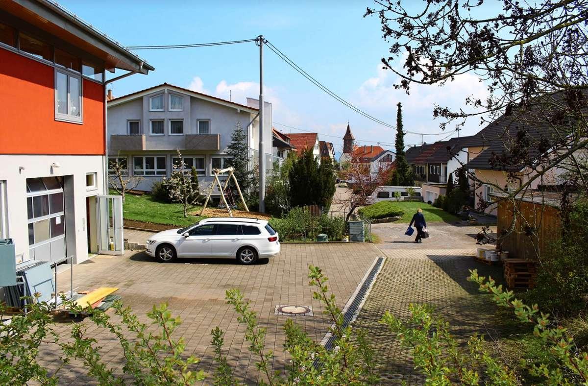 Die Stadt Stuttgart will die Schwendestraße schon lang ausbauen, dazu fehlen ihr aber Grundstücke. Eine örtliche Firma hat hier aktuell einen Betriebshof ausgebaut und wehrt sich gegen die Pläne. Foto: Caroline Holowiecki