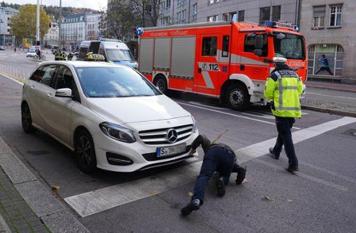 Trotz Blaulicht und Martinshorn – Taxifahrer übersieht Feuerwehr