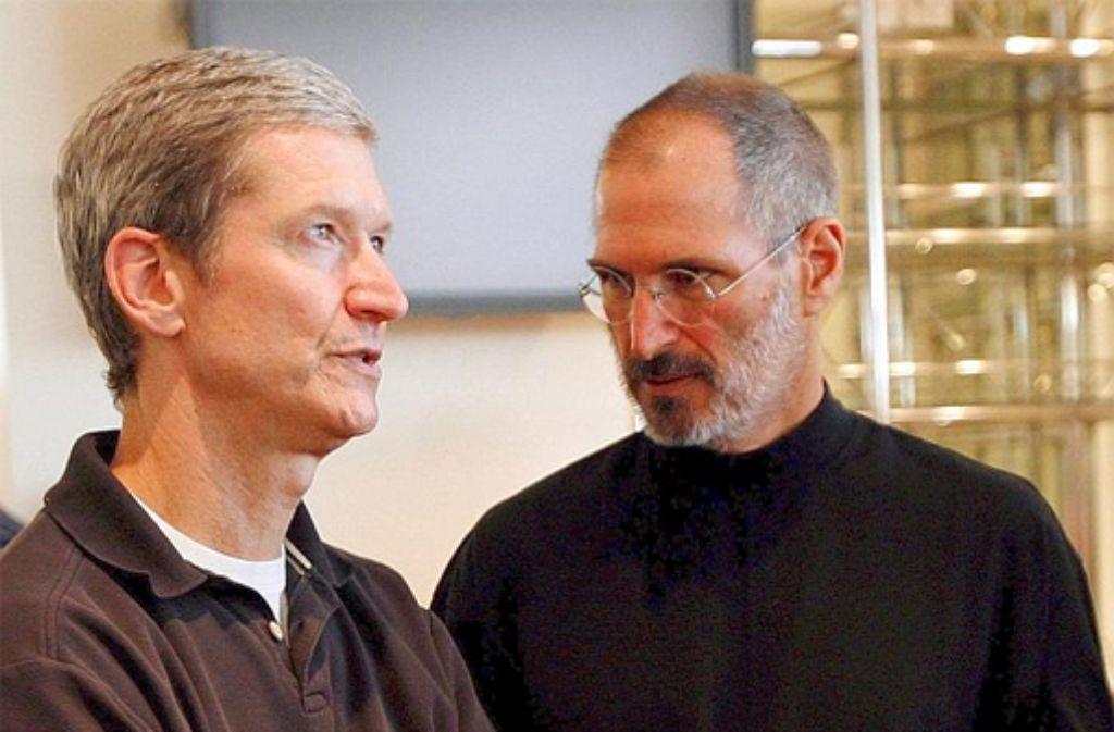Der heutige Apple-Chef Tim Cook (links) mit seinem Vorgänger Steve Jobs, der 2011 an den Folgen seiner Krebserkrankung starb. Cook wollte Jobs 2009 einen Teil seiner Leber spenden.  Foto: dpa