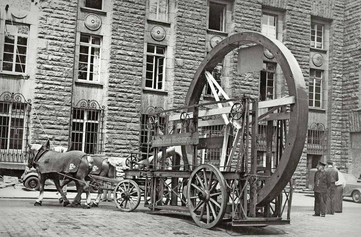 Ein Pferdefuhrwerk brachte den Mercedes-Stern   im Juni 1952 direkt an den  Stuttgarter Bahnhofsturm  – auf einen Laster passte er nicht Foto: Daimler AG