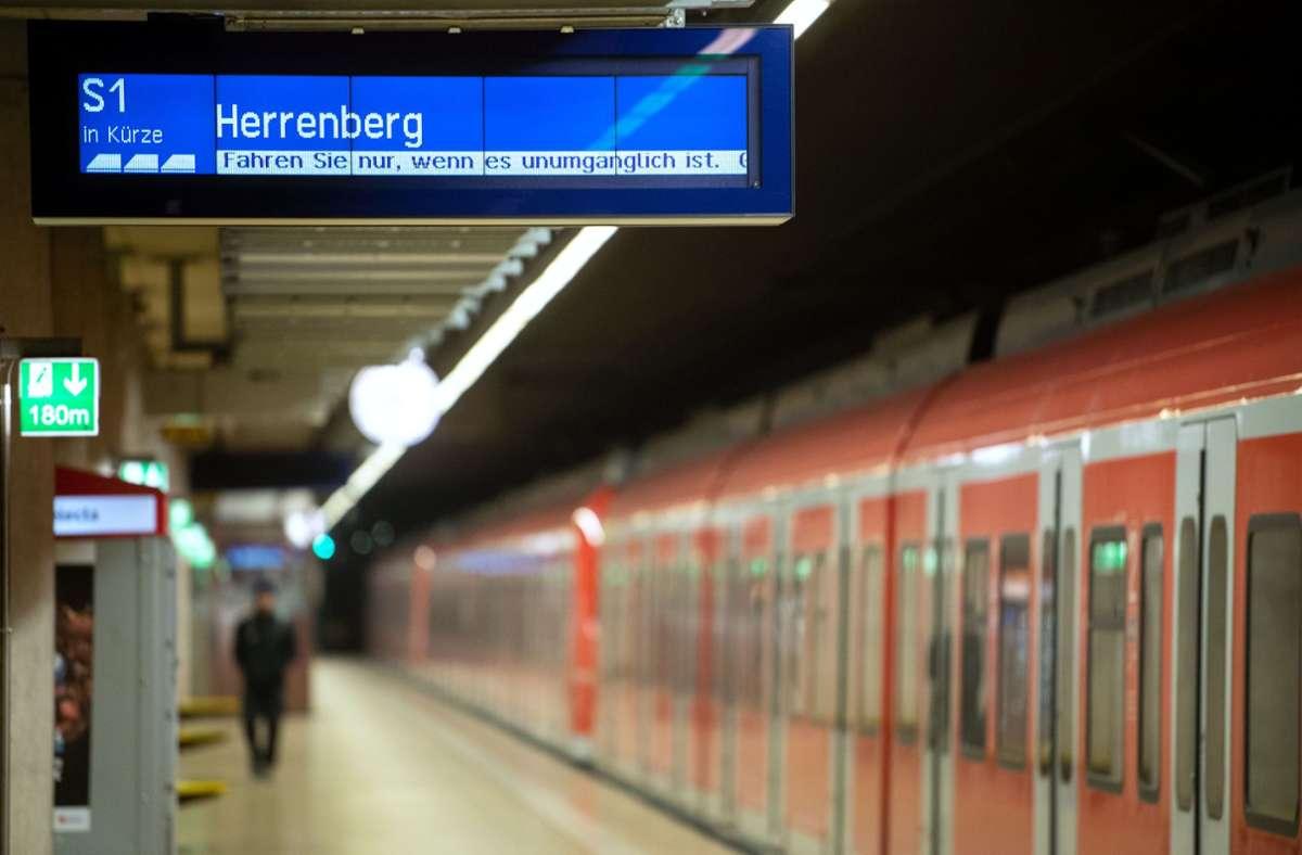 In einer  S-Bahn der Linie S1  sind zwei Fahrgäste von zum Teil noch Unbekannten geschlagen worden.  (Symbolfoto) Foto: dpa/Marijan Murat