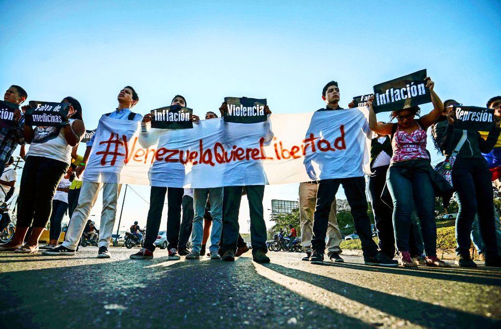 Studenten blockieren eine Hauptzufahrtsstraße nach Venezuelas Hauptstadt Caracas. Foto: AFP