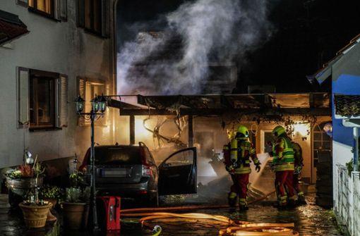 Auto und Carport brennen völlig aus