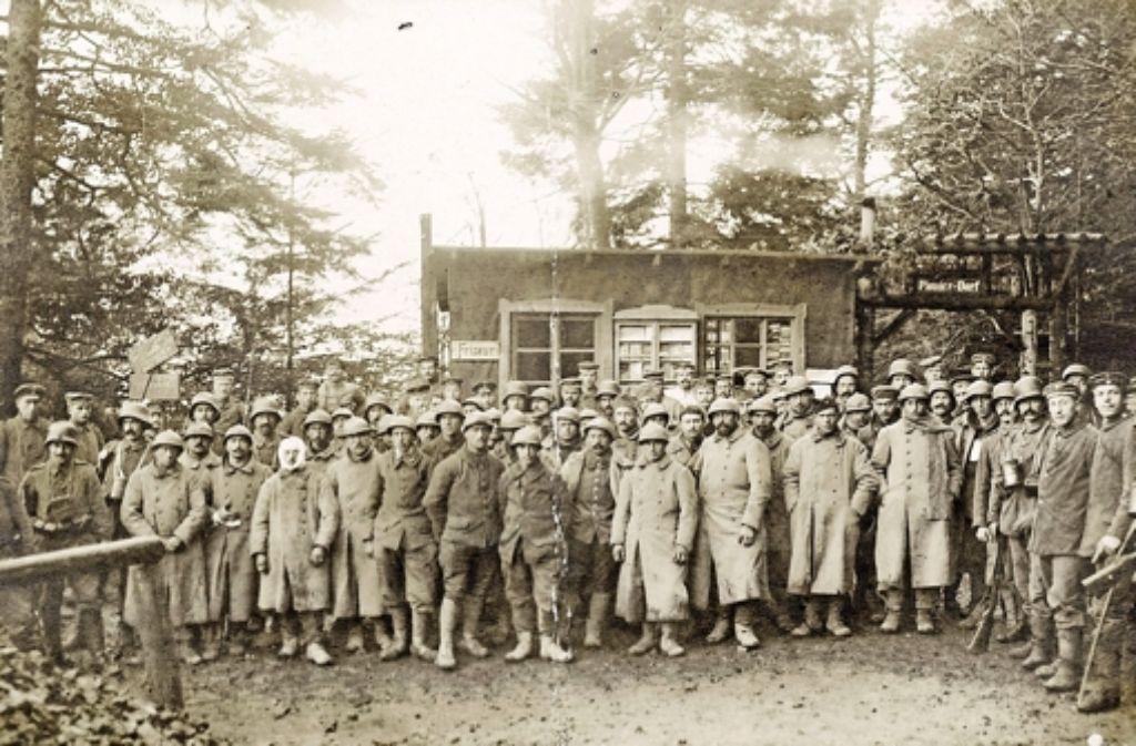37 französische Gefangene und ihre deutschen Bewacher vom Sturmbataillon 16 beim Hartmannsweilerkopf. Foto: Generallandesarchiv