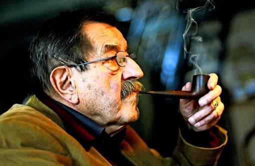 So kannte  man ihn: Günter Grass pfiff auf die Gefahren des Rauchens und ließ sich gerne ein Pfeifchen schmecken. Foto: dpa