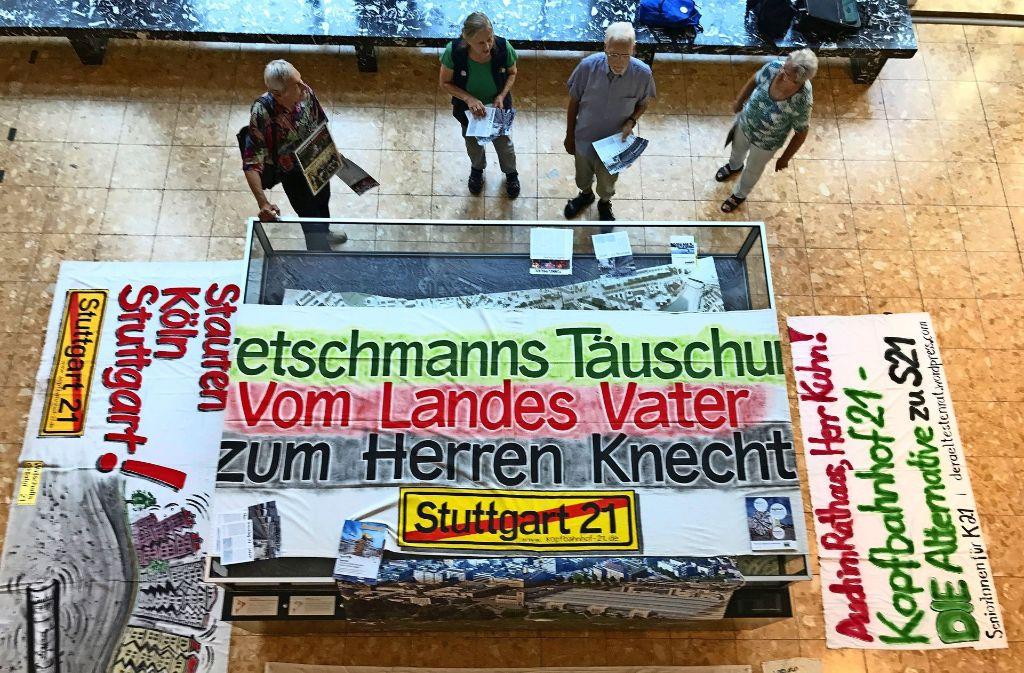 Transparente der  inzwischen traditionellen Freitags-Demo im Rathaus Foto: Haar