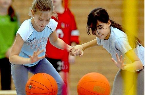 Freude an der Bewegung vermitteln Sportvereine jetzt auch im Rahmen der Ganztagsgrundschule – nicht nur beim Basketball Foto: