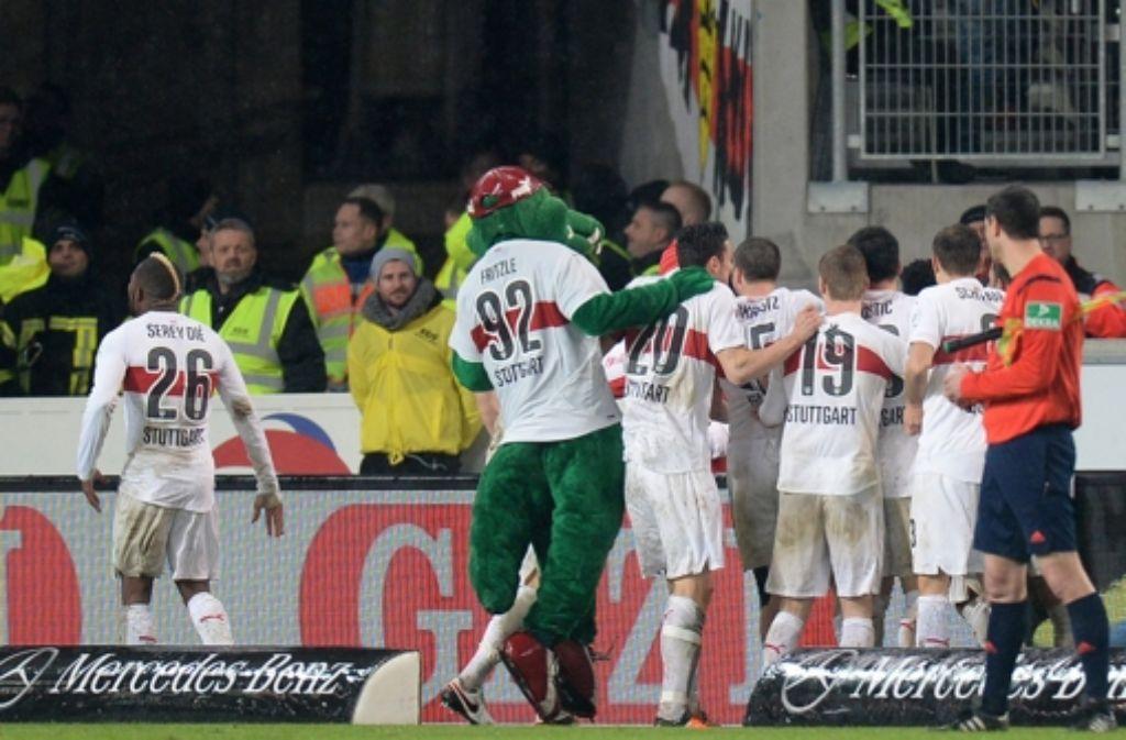 Die Spieler des VfB Stuttgart bejubeln das 1:0. Foto: dpa