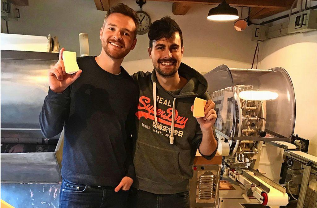 Sie haben den Duschbrocken erfunden: Johannes Lutz (links) und Christoph Lung in den Räumlichkeiten des Seifenherstellers Haag in Stuttgart-Feuerbach Foto: Julia Bosch