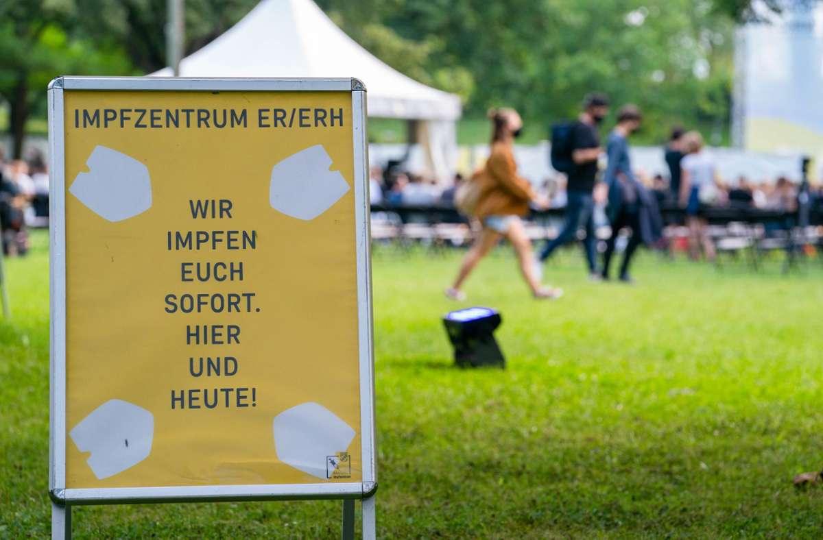 """Auch durch Impfangebote bei Veranstaltungen wie hier bei der """"Kulturinsel Wöhrsmühle"""" in Bayern sollen Impfstoffe zu den Menschen gebracht werden. Foto: dpa/Nicolas Armer"""
