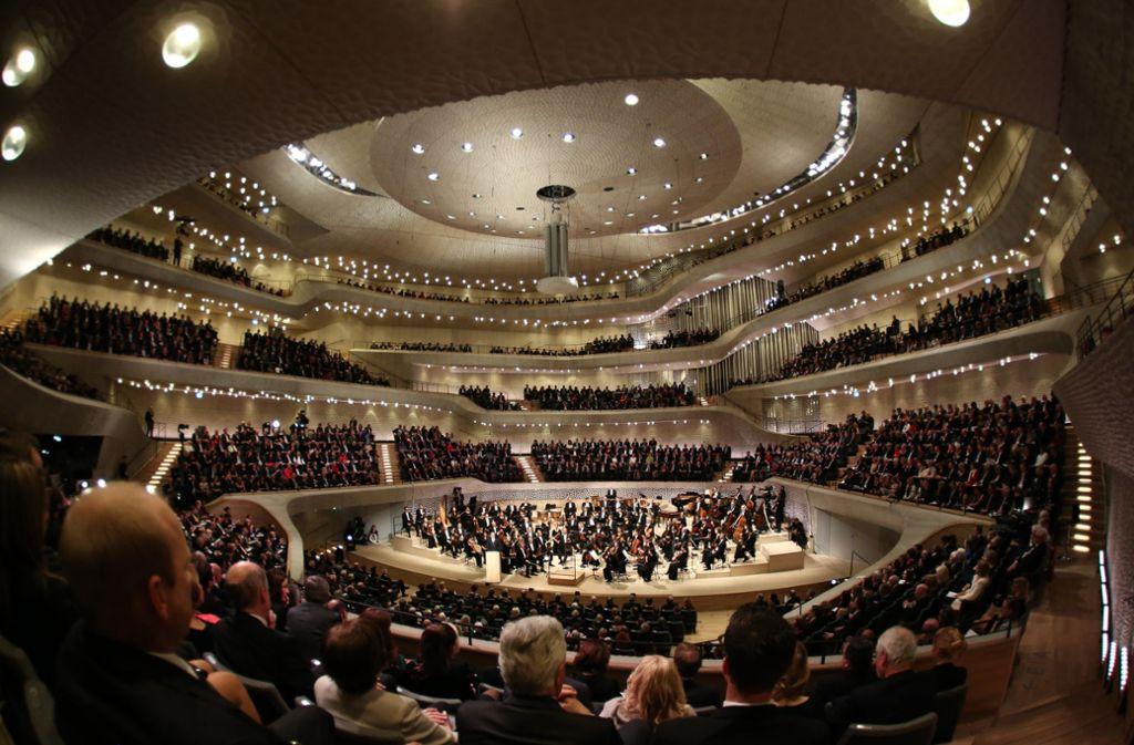 Das größte Klassik-Ereignis des letzten Jahrzehnts war die Eröffnung der Elbphilharmonie im Januar 2017.  Welche Trends und Ereignisse in der klassischen Musik in dieser Dekade außerdem noch wichtig waren, erfahren Sie in unserer Bildergalerie. Foto: dpa/Christian Charisius