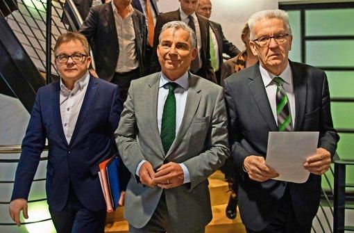 Die CDU-Unterhändler Guido Wolf und Thomas Strobl treten nach dem ersten grün-roten Sondierungsgespräch gemeinsam mit dem Ministerpräsidenten Winfried Kretschmann vor die Presse (von  links). Wolf und Kretschmann wirken strapaziert, Strobl eher gelöst Foto: dpa