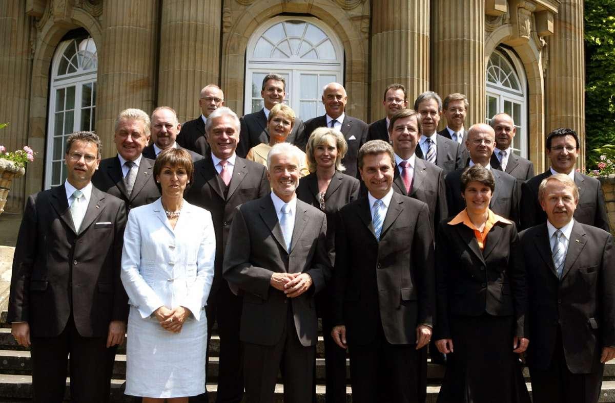 Gruppenbild: Das Kabinett von Ministerpräsident Günther Oettinger im Juni 2006. Foto: dpa//Bernd Weißbrod
