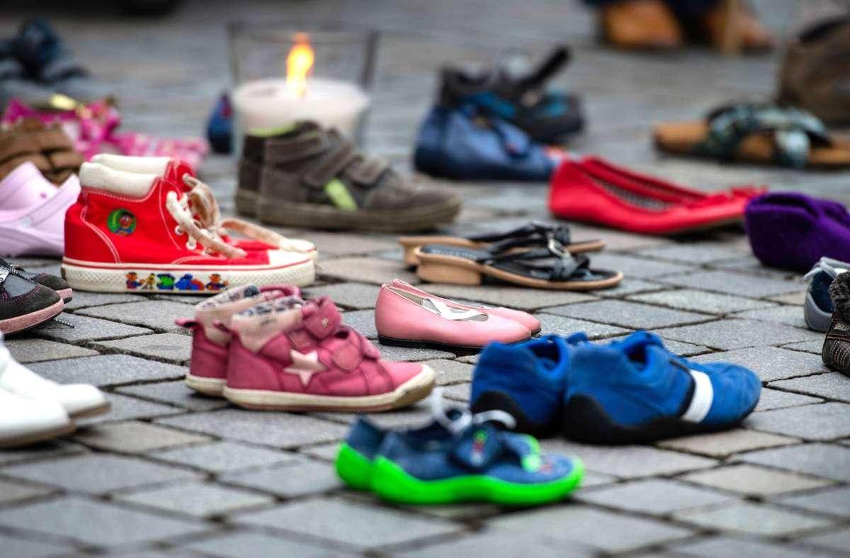 """Bei einer Schweigeaktion für die """"Kinder von Lügde"""" stehen Kinderschuhe auf dem Boden. Foto: dpa/Christophe Gateau"""