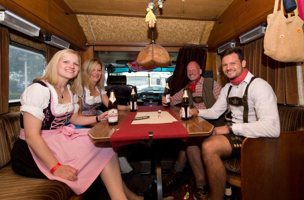 Kathrin, Franziska, Markus und May aus Bielefeld (von links nach rechts) sitzen in einem Wohnmobil auf dem Campingplatz Cannstatter Wasen. Foto: dpa