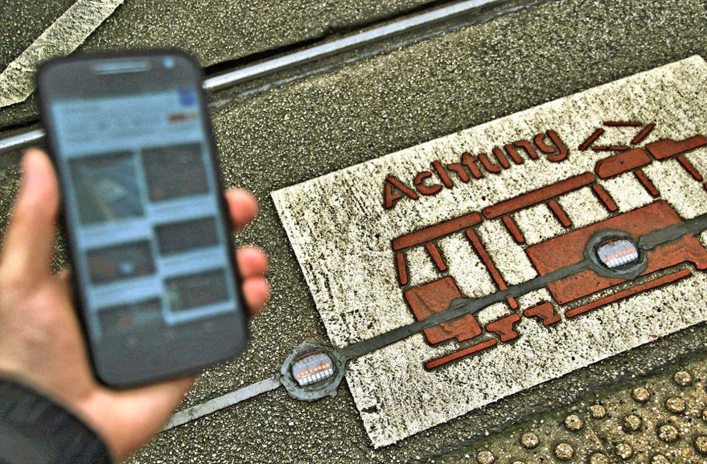 Immer schön den Blick gesenkt: Bodenampeln sollen Smartphone-Nutzer davor bewahren, überfahren zu werden Foto: Przybilla