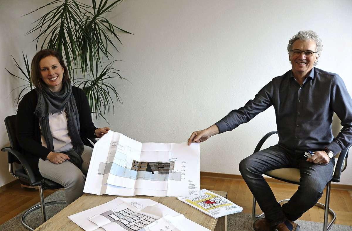 Edith Kamp und Albrecht Schumacher zeigen die Pläne für das neue Wohnheim in Plochingen. Foto: /Ulrike Rapp-Hirrlinger