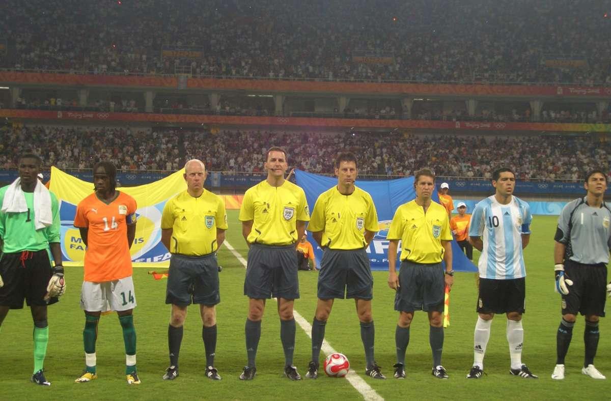 In Shanghai leitete das deutsche Schiedsrichtergespann mit  Jan-Hendrik Salver (Dritter von links) die Partie zwischen der Elfenbeinküste und Argentinien. Foto: privat/cf