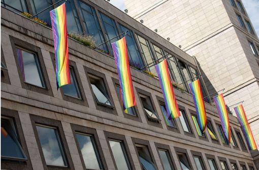 Regenbogen-Fahnen hängen nun am  Rathaus