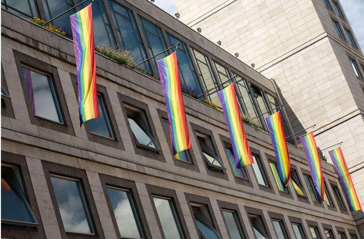 Am Stuttgarter Rathaus hängen nun CSD Regenbogenfahnen. Foto: Lichtgut/L/eif Piechowski