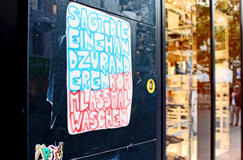 An der Königsstraße hängt seit Dienstag ein neues Plakat, das bereits einigen Passanten aufgefallen ist. Foto: Rebecca Beiter