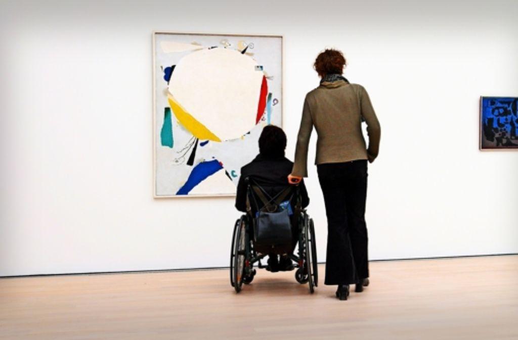 Menschen, die etwa nur eingeschränkt mobil sind, freuen sich über eine Begleitung, mit der sie zum Beispiel Ausstellungen besuchen können. Foto: Fnoxx/Arnulf Hettriche