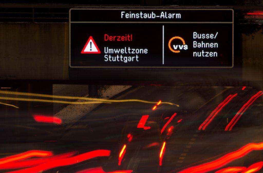 Bei schadstoffträchtigen Wetterlagen kann die Stadt Stuttgart zwischen dem 15. Oktober und dem 15. April kommenden Jahres Autofahrer dazu aufrufen, das Auto freiwillig stehen zu lassen. Foto: dpa
