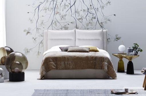 """Designer Sebastian Herkner hat es entworfen, die Schramm Werkstätten fertigen es von Hand: """"Fold"""", ein Boxspringbett in bester Qualität. Das Kopfteil lässt sich stufenlos verstellen und die Kissen am Betthaupt können individuell gewählt werden."""