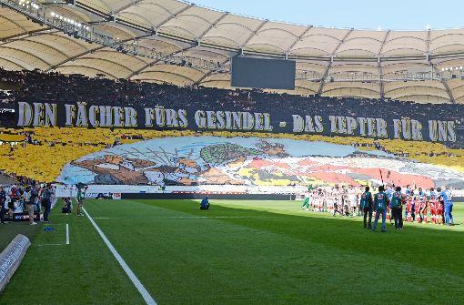 Stimmgewaltige VfB-Fans hier, Rowdys vom KSC da